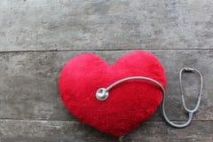 Röd doktor för hjärtakontrollstetoskop arkivbilder