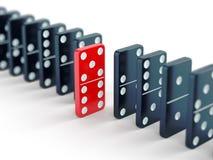 Röd dominobrickategelplatta bland svart en Royaltyfria Bilder