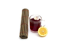 Röd drink, citron, blomma och filt, stilleben Royaltyfria Foton