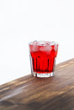 Röd drink med is arkivbilder