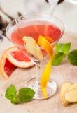Röd drink med grapefrukten och ingefära royaltyfri foto