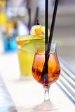 Röd drink på den frostade stången Arkivbild