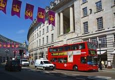 Röd dubbel däckbuss i Regent Street, London UK Royaltyfri Fotografi