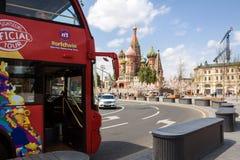 Röd dubbeldäckare i Moskva Royaltyfria Bilder