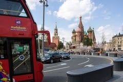 Röd dubbeldäckare i Moskva Royaltyfri Bild