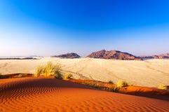 Röd dyn och berg i Namibia, Afrika Arkivbild