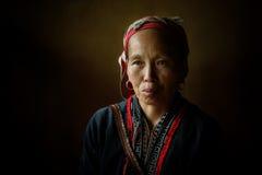Röd Dzao infödd kvinna i Sapa Arkivfoto