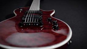 Röd electro gitarrlek vaggar musikinstrumentet lager videofilmer