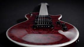 Röd electro gitarrlek vaggar musikinstrumentet arkivfilmer