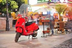 Röd elegant sparkcykel arkivfoton