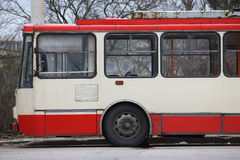 Röd elektrisk kollektivtrafiktrådbuss i Vilnius Litauen arkivfoto