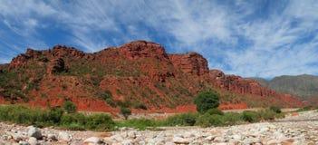 Röd färg vaggar landskap Arkivfoto