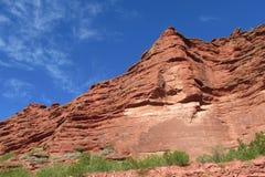 Röd färg vaggar landskap Arkivbild