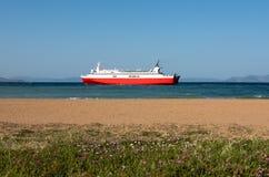 Röd färja och strand i Rafina, Grekland Arkivfoton