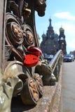 Röd förälskelsehjärtahänglås på bron nära kyrkan av frälsaren på blod Royaltyfri Fotografi