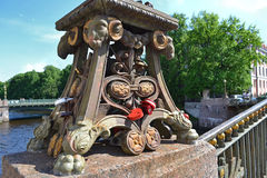 Röd förälskelsehjärtahänglås på bron nära kyrkan av frälsaren på blod Fotografering för Bildbyråer