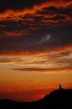 Röd för den Tournon-d'Agenais för solnedgånghimmelkonturn Frankrike Europa Aug-14-07 Lot-et-Garonne brännhet röd orange himmel för Arkivbilder