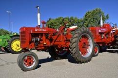 Röd Farmall återställd c-traktor på skärm Royaltyfria Foton