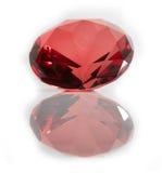 Röd fasetterad Gemstone på vit bakgrund Arkivfoton