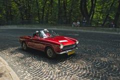 Röd Fiat bil på loppspåret av den Leopolis granda prixen Royaltyfria Foton