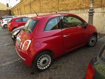 Röd Fiat ny bil 500 i Rome Arkivfoton