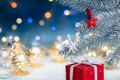 Röd filial för träd för gran för jul för gåvaask och silvermed decoratio royaltyfria bilder