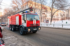 Röd firetruck IVECO som rusar ner en gata till en appell i Samara, Arkivfoton