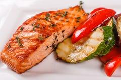Röd fisk för varm och kryddig filé Grillad bifflax eller forell med den gallerpaprika och zucchinin Sund mat, skaldjur och fotografering för bildbyråer