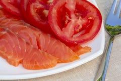 Röd fisk och tomater Arkivbilder