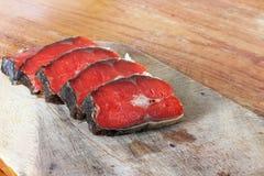 Röd fisk Skivad röd fisk på en skärbräda royaltyfria foton