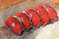 Röd fisk Skivad röd fisk på en skärbräda arkivbild