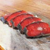 Röd fisk Skivad röd fisk på en skärbräda royaltyfri foto