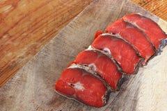 Röd fisk Skivad röd fisk på en skärbräda royaltyfri fotografi