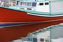 Röd fiskebåt Arkivbild