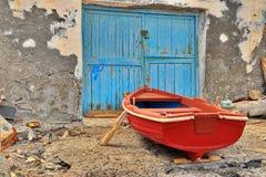 Röd fiskebåt Fotografering för Bildbyråer