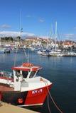 Röd fiskebåt i den Anstruther hamnen, Skottland Arkivfoto