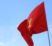 röd flagga av VIETNAM med gult vinka för stjärna Arkivfoto