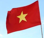 röd flagga av VIETNAM med stort gult vinka för stjärna Royaltyfri Bild