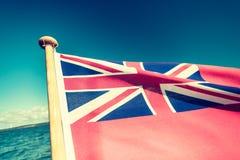 Röd flagga för UK den brittiska maritima flaggan som flygas från yachten Arkivbild