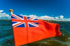 Röd flagga för UK den brittiska maritima flaggan som flygas från yachten Royaltyfri Foto