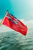 Röd flagga för UK den brittiska maritima flaggan som flygas från yachten Royaltyfria Bilder