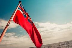 Röd flagga för UK den brittiska maritima flaggan som flygas från yachten Royaltyfria Foton