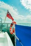Röd flagga för UK den brittiska maritima flaggan som flygas från yachten Fotografering för Bildbyråer