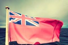Röd flagga för UK den brittiska maritima flaggan som flygas från yachten Arkivbilder