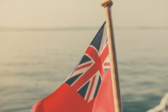 Röd flagga för UK den brittiska maritima flaggan som flygas från yachten Royaltyfri Fotografi