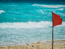 Röd flagga i Cancun - Mexico Arkivfoto