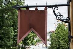 Röd flagga i staden Royaltyfri Foto