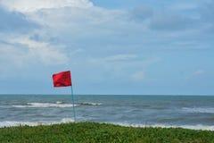 Röd flagga med havet Royaltyfri Fotografi