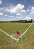 Röd flagga på ett fotbollfält Arkivfoto