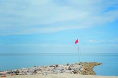 Röd flagga på kusten Arkivfoto